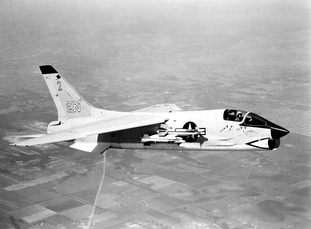 https://upload.wikimedia.org/wikipedia/commons/thumb/c/c1/First_F-8D_Crusader_in_flight_in_1960.jpeg/1024px-First_F-8D_Crusader_in_flight_in_1960.jpeg