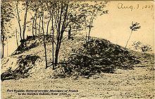 """Cartolina fotografica color seppia del 1907 con etichetta """"Fort Rosalie. Scena del terribile massacro dei francesi da parte degli indiani Natchez, anno 1729""""."""
