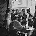 Franse militairen bij de ingang van een wijnbedrijf, Bestanddeelnr 254-3896.jpg