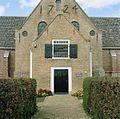 Frontaal aanzicht van de Hervormde kerk met de entree met daarboven raampartij, daarachter jaartalankers 1724 - Oosterend - 20414044 - RCE.jpg