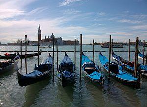 Góndoles amarrades a Venècia.JPG