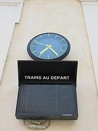 Gare de Belleville (Rhône) - Trains au départ et horloge (août 2018).jpg