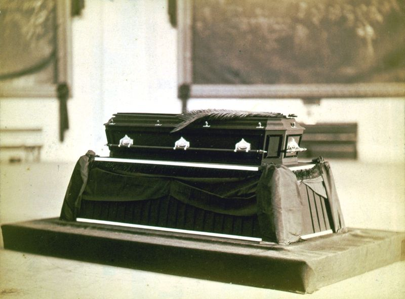 File:Garfield-casket.jpg