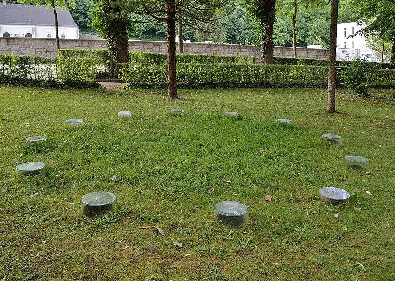 Datei:Gedenkstätte im Schulpark Amstetten.jpg