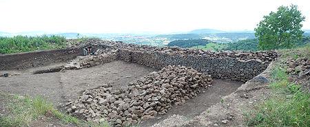 Fouilles archéologiques sur le plateau de Gergovie (Puy-de-Dôme, France): mur de l'oppidum.