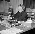 Gertie Wandel, presidente van een handenarbeidclub achter haar bureau, Bestanddeelnr 252-9003.jpg
