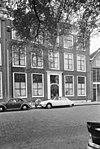 foto van Pand met brede lijstgevel, kroonlijst door consoles gedragen, brede ingang, versierde voordeur met bovenlicht