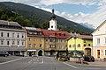 Greifenburg, de Drautalstrasse vanaf hotel Rossman met de Kath. Pfarrkirche hl. Katharina Dm61846 IMG 1643 2019-08-08 18.10.jpg