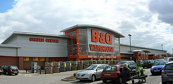 English: Grimsby B & Q Busy with pre-Easter sh...