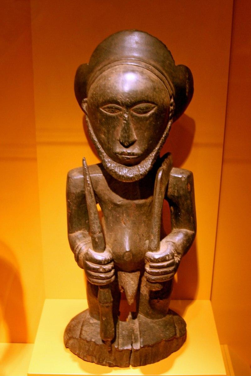 """""""Hemba male figure2"""" von cliff1066 - Flickr [1]. Lizenziert unter CC BY 2.0 über Wikimedia Commons"""