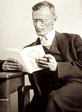 Hermann Hesse 1927 Photo Gret Widmann.jpg