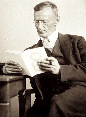 Hermann Hesse 1927 Photo Gret Widmann.jpg