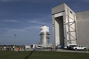 L'Interim Cryogenic Propulsion Stage per EM-1 esce dal Delta Operations Center della CCAFS per il trasporto alla Space Station Processing Facility del Kennedy Space Center