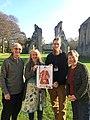 Il team dell'Abbazia di Glastonbury con l'icona di San Cesario.jpg