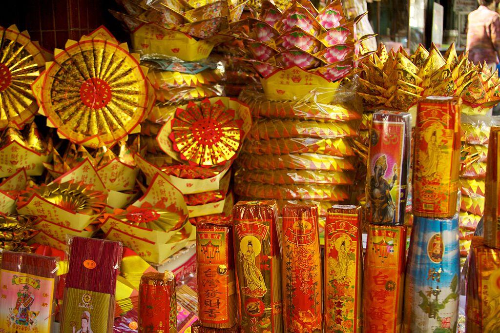 Vendeur d'encens dans le quartier chinois de BKK - Photo de  McKay Savage.
