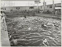 Interieur zwemzaal van het Sportfondsenbad, ziende naar het noordwesten. NL-HlmNHA 54010714.JPG