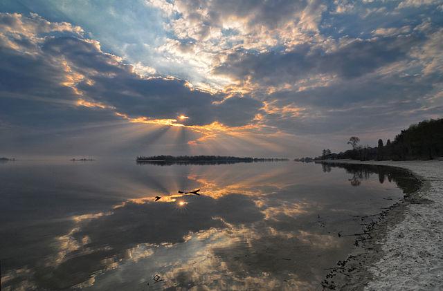 Вид із черкаського міського парку «Ювілейний». Схід сонця над Дніпром, © Сергій Криниця, CC-BY-SA 3.0