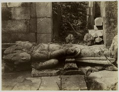 KITLV 28109 - Kassian Céphas - Fallen sculpture of Shiva in the Shiva Temple of Prambanan near Yogyakarta - Around 1888.tif