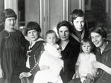 Katia Mann with children (about 1919). From left to right: Monika, Golo, Michael, Katia, Klaus, Elisabeth, Erika