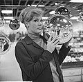 Kerstmis nadert, kerstballen groot en klein te koop in de warenhuizen, Bestanddeelnr 917-2155.jpg