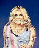 Kesha co-escribió la canción «The Time of Our Lives».