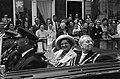 Koningin Juliana en burgemeester K.F.O. James van Gouda maken een rondrit door d, Bestanddeelnr 916-5536.jpg