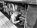 Machinist verricht onderhoud aan een locomotief, Bestanddeelnr 252-1033.jpg