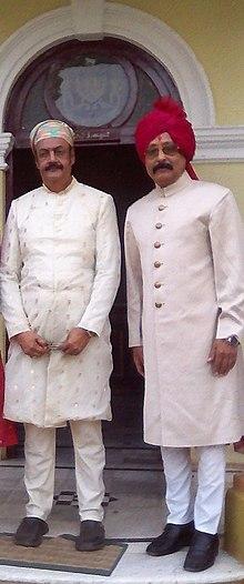 Maharaja Raghubir Singh e Príncipe Indra Vikram Singh no Vijay Palace, Rajpipla, 10 de outubro de 2016.jpg