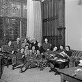 Mannelijke en vrouwelijke militairen en burgers bijeen tijdens een borrel, Bestanddeelnr 255-8993.jpg