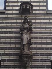 Staande Maria met Christus