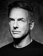Portrait photographique en noir et blanc de l'acteur Mark Harmon, de face.