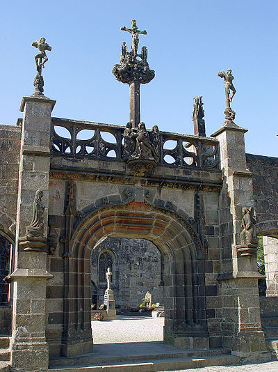 "The central arch of the ""porte triomphale"". We can see the three crosses of the Calvary,  the pietà over the central arch, the balustraded walkway and the Rohan coat of arms"