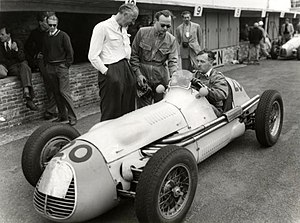 Jan Flinterman - Flinterman (with glasses) next to the Maserati he drove at the 1952 Dutch Grand Prix