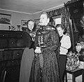 Mevrouw Dirchsen helpt haar dochters te kleden in klederdracht, Bestanddeelnr 252-8782.jpg