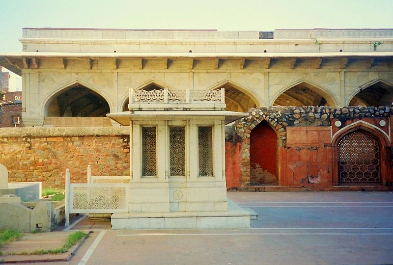 File:Mirza Ghalib's tomb with Chusath Khamba at the back.JPG