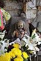 Muñeca junto altar de la muñeca milagrosa.JPG
