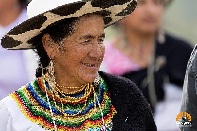 1288739d027 Archivo:Mujer Saraguro, centro de organización familiar y cultural.jpg