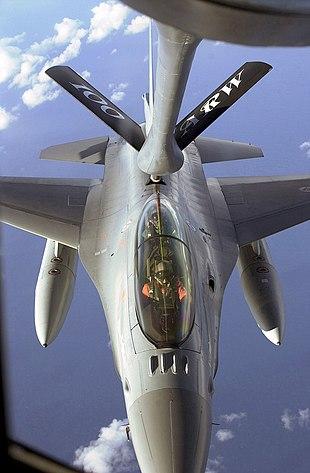 Un F-16 norvegese viene rifornito con il sistema a sonda rigida.