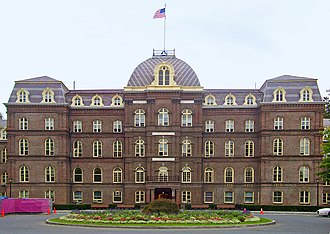 Poughkeepsie (town), New York - Image: Old Main, Vassar College edit 1