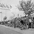 Onafhankelijkheidsdag (15 mei) Publiek op een tribune langs de route van de mil, Bestanddeelnr 255-4657.jpg