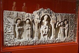 Retable : Annonciation, Vierge en majesté, Baptême du Christ ; bordure re rinceaux habités ; couronnement architecturé
