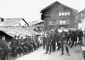 Pause der Maultierkolonne in einem Walliser Dorf - CH-BAR - 3239699.tif