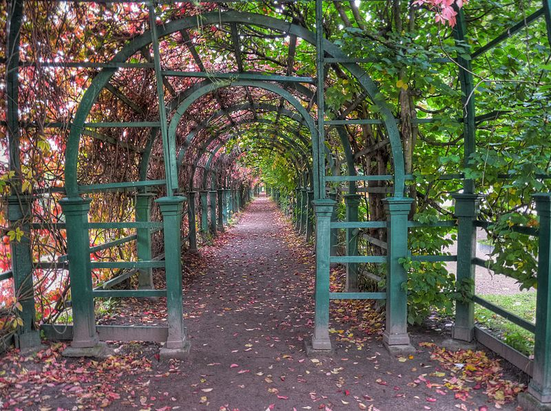 File:Peterhof Upper Garden Arch HDR (4083085182).jpg