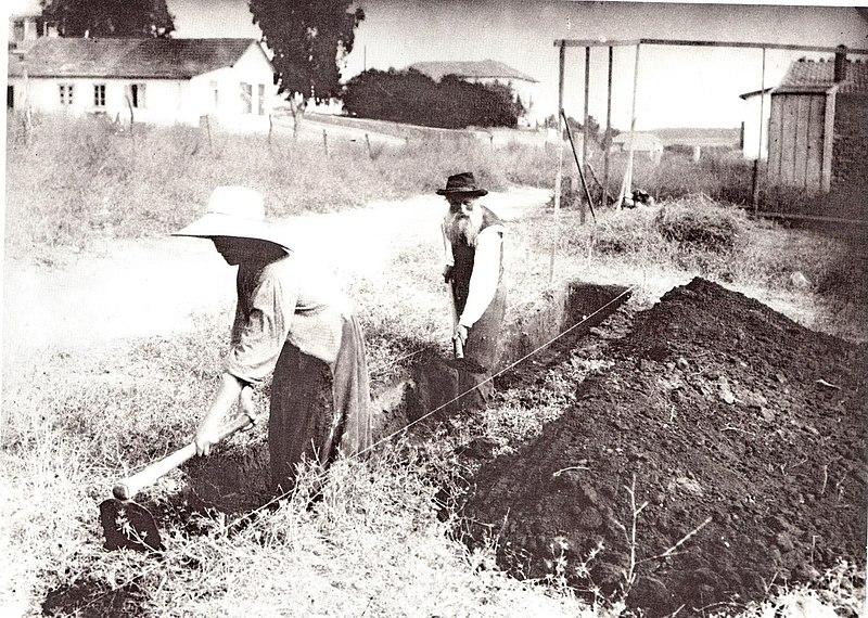 חפירת יסודות במושבה רחובות