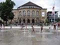 Platz der Alten Synagoge in Freiburg, Wasserfontänen mit Stadttheater 2.jpg