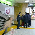Policequestionamaninthestation-japan-Jan5-2007.jpg