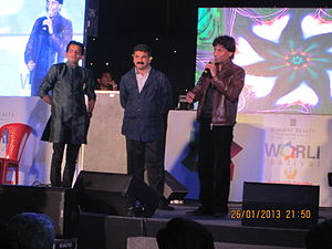 Sachin Ahir - Sachin.Ahir felicitating Hindi stand-up comedian Raju Srivastava on the occasion of the 2013 Worli Festival.