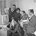 Portable televisie voor Johnny Kraaijkamp. Voor het toestel Rudi Carrell, Bestanddeelnr 913-1276.jpg