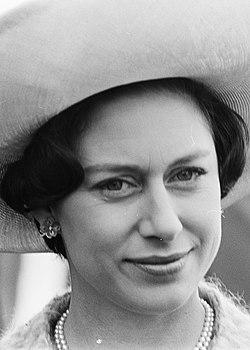 Prinses Margaret , Lord Snowdon en Prins Bernhard in de Hoovercraft, Prinses Mar, Bestanddeelnr 917-7816 (cropped).jpg