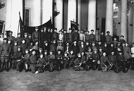 The dissolution of the Constituent Assembly on 6 January 1918. The Tauride Palace is locked and guarded by Trotsky, Sverdlov, Zinoviev and Lashevich. Proteccion del Palacio Tauride durante el Segundo Congreso Regional de los Soviets.jpg